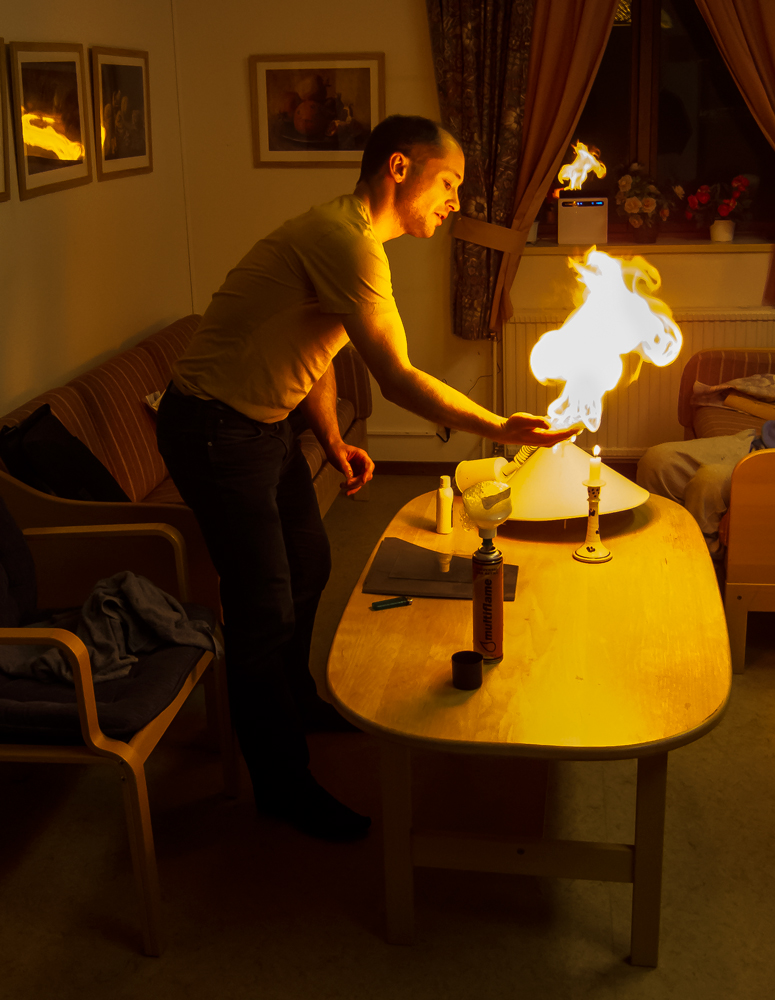 Jens Råberg visar ett av sina eldexperiment. Foto: Gunnar Nilsson