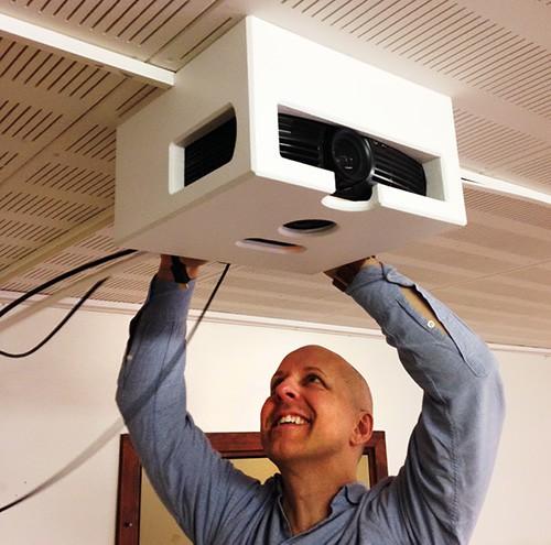 Anders Lindgren monterar upp ny projektorhylla. Foto: Rolf Karlsson