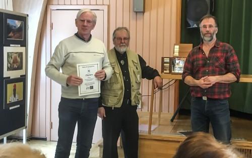 Gunnar Nilsson tar emot priset som totalvinnare i klassen svartvitt vid årets Närke Bergslagsfoto.